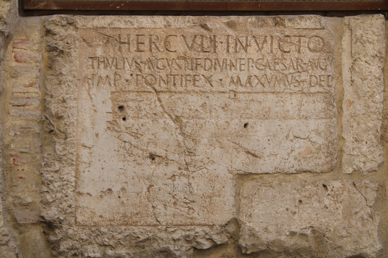 detalles de lápidas romanas en el muro lateral del edificio del Ayuntamiento de Martos