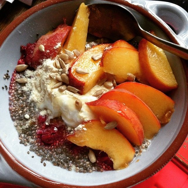 Raspberry chia gf overnight oats. Topped with Greek yoghurt, peach, almonds and sunflower seeds #breakfast #breakfastbowl #vegan #chiaoats #overnightoats #paleo #energybowl #nutrtitionmatters #glutenfree #peachyqueen #chia @motivate_u recipe and inspo #birchbowls