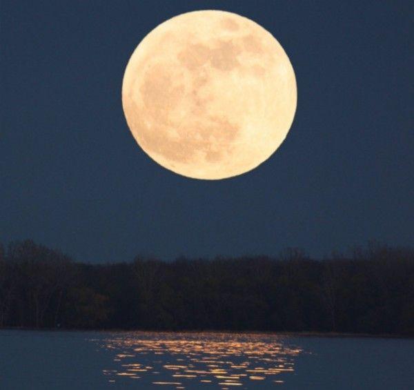 """National Geographic  Sky-watchers will be treated to the largest and brightest full moon of the year—known as a supermoon—on August 10. La belleza de la luna llena que se levanta, como este """"súper luna"""", en mayo de 2012, es una de las vistas más impresionantes del cielo-viendo que no debe perderse. Crédito: A. Fazekas"""