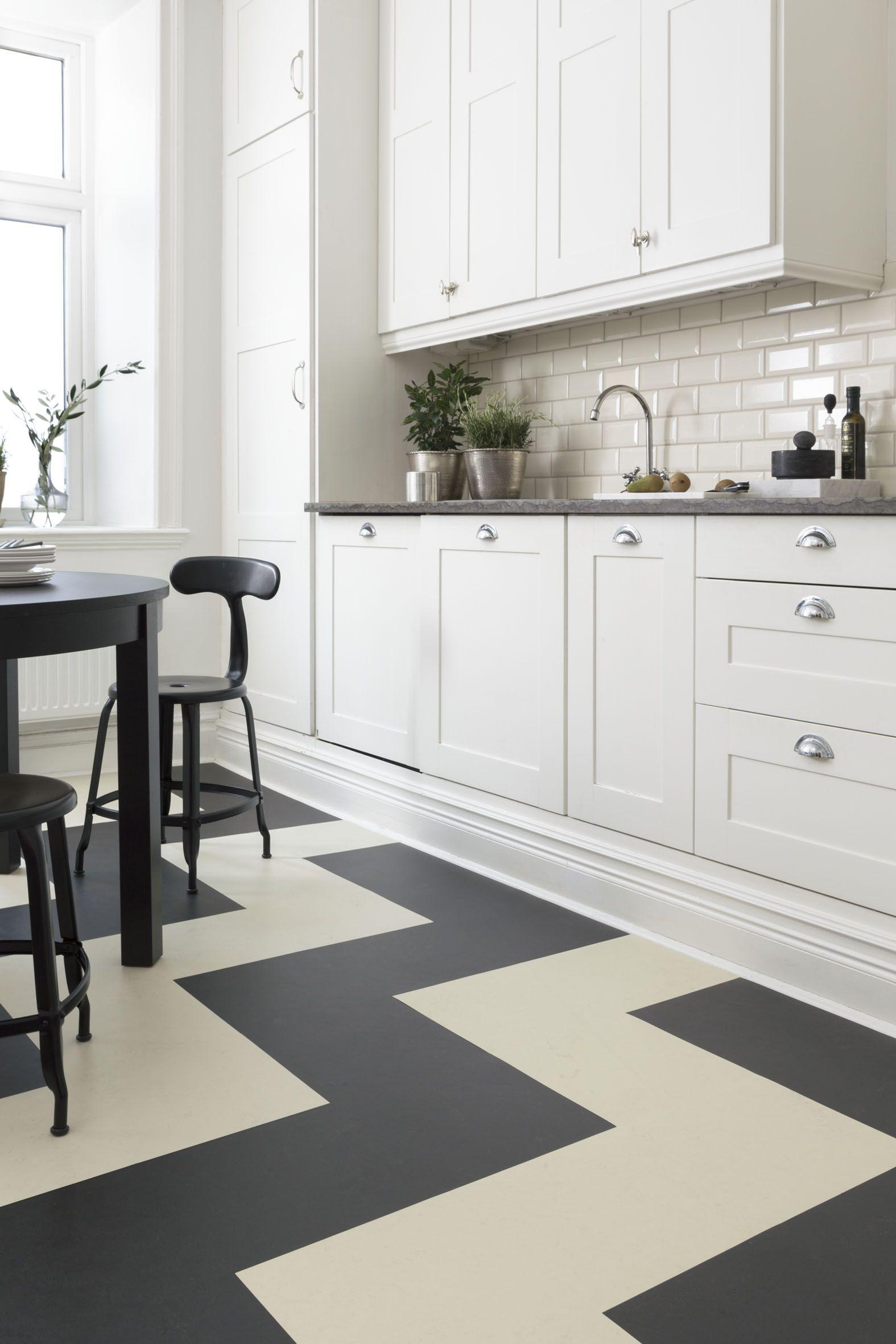 Forbo Flooring har kolleksjonen Marmoleum Click. Her i svart og ...
