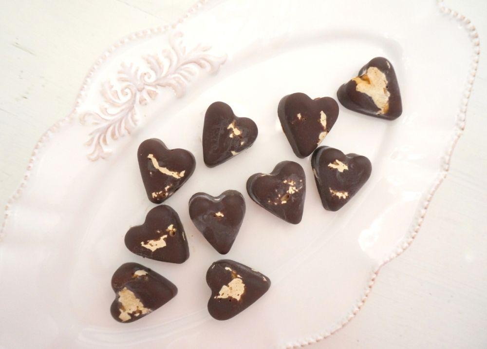 """""""Sunn"""" sjokolade - smelte mørk sjokolade sammen med litt havsalt og økologisk peanøttsmør"""