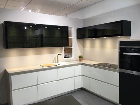 Kuechenstudio Kurttas mit einem wunderschönen schwarz und weiß Küche. #kurttas #kuchen #küechen #küchenstudio www.kuechenstudio-kurttas.de