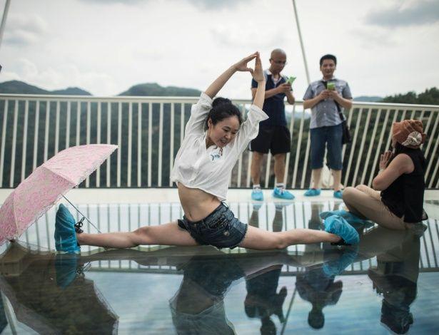 Chineses se esbaldam na maior e mais alta ponte de vidro do mundo