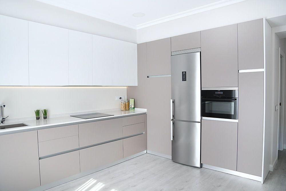 cocina abierta al sal n con laminado antihuellas y. Black Bedroom Furniture Sets. Home Design Ideas