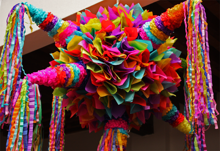 Las piñatas, picos y colores de tradición