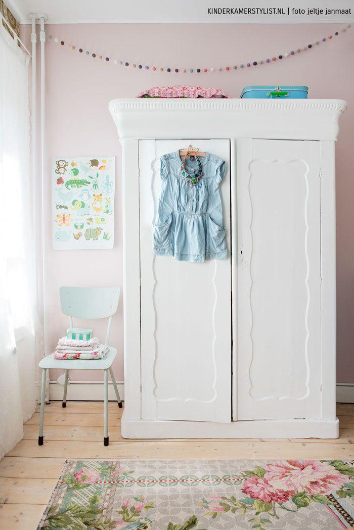 Adesivo De Unha Infantil Frozen ~ Un armario pintado en blanco para una habitación infantil de estilo vintage romántico