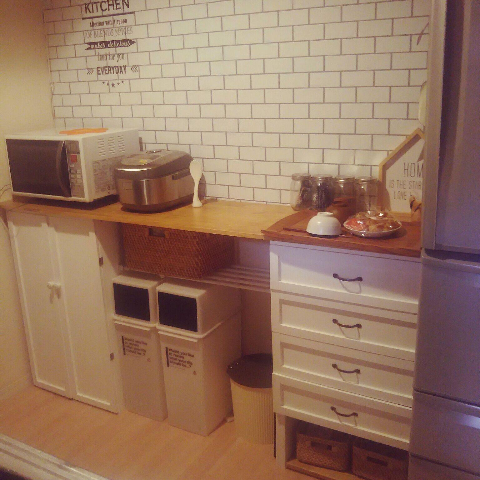 おしゃれなキッチン壁紙15選 賃貸でも貼ってはがせる簡単diyの画像 Macaroni マカロニ 2020 キッチン おしゃれ キッチン ホームインテリアデザイン