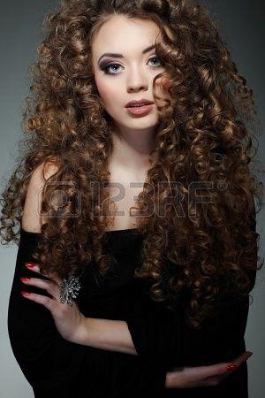 Giovane bella donna con capelli lunghi Ricci Archivio Fotografico ... 37f9e339b4f