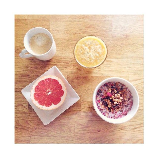 Fin start på dagen  Egen juice (mixad grape, mynta & mango), vaniljlatte Paulúns supermüsli och en grapefrukthalva  #breakfast #love #food #eat #healthy #juice #fruit #brastartpådagen