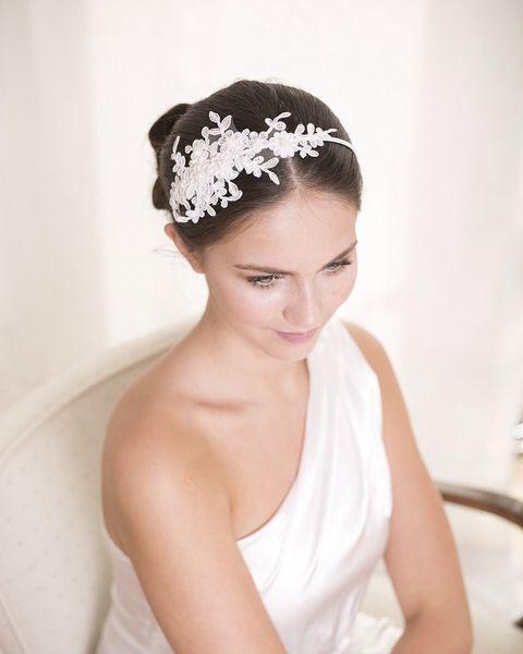 Braut haarband frisur  Spitze ist einer der wichtigsten Trends der neuen Hochzeitssaison ...