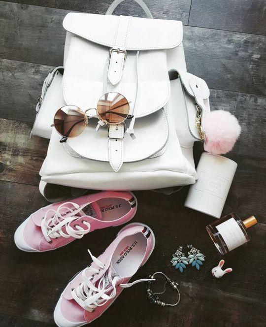 GRAFEA 白ミニリュックのコーディネート写真です。バッグ 靴 鞄 ポンポン バッグチャーム