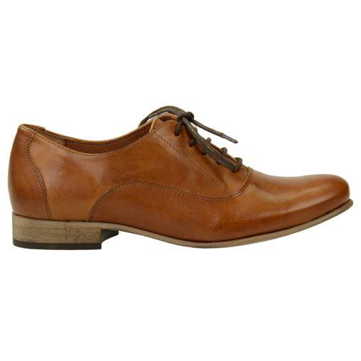 Cognac veterschoenen van leder met donker bruine ronde veters. De schoen is gevoerd met soepel leder en heeft een klein hakje en een zool van rubber. van sasha