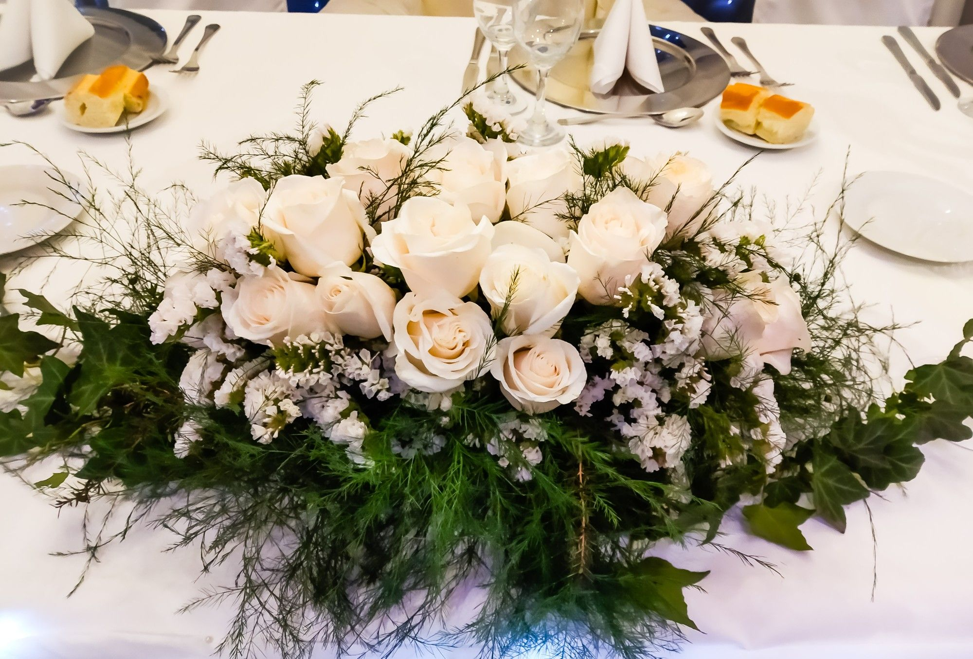 Arreglo Floral Imperial De Rosas Blancas Para La Mesa