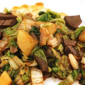 Bitter en zoet, dat gaat mooi samen in deze roerbak van groenlof, yacon (appelwortel) en runderlever. Afgemaakt met een beetje sojasaus.