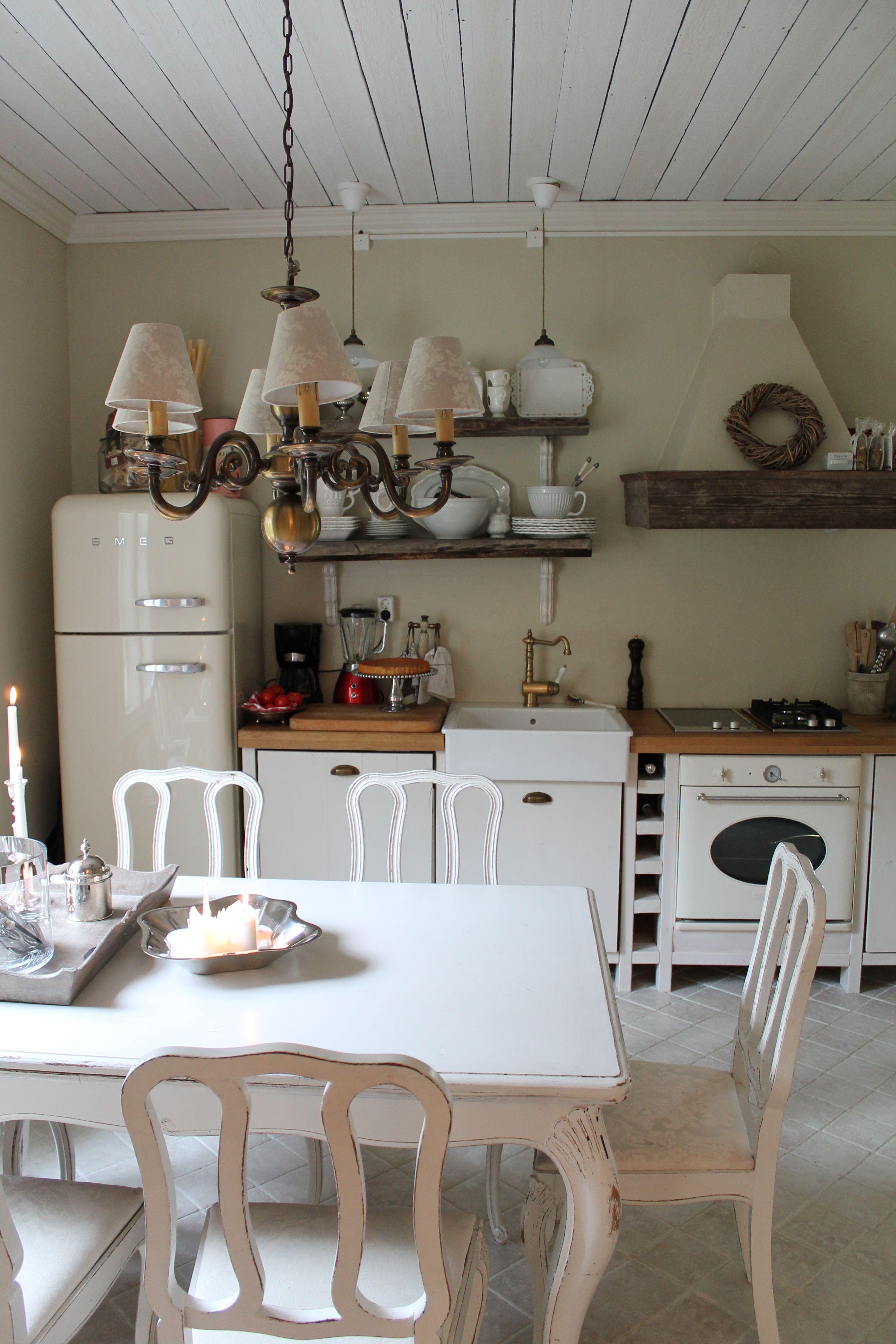 Maalaisromanttista tyyliä mukaileva keittiö. Pientalo ja piha 1/2014
