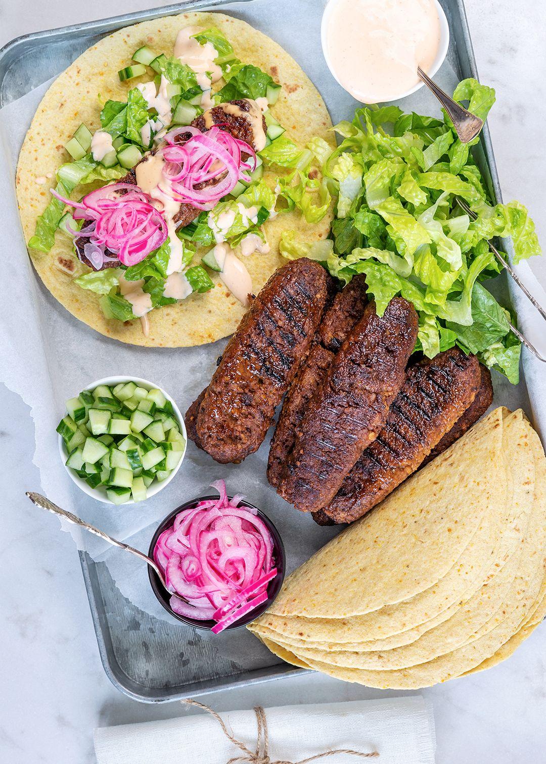 Vegetariska texmexjärpar i wrap med picklad rödlök och chilidressing