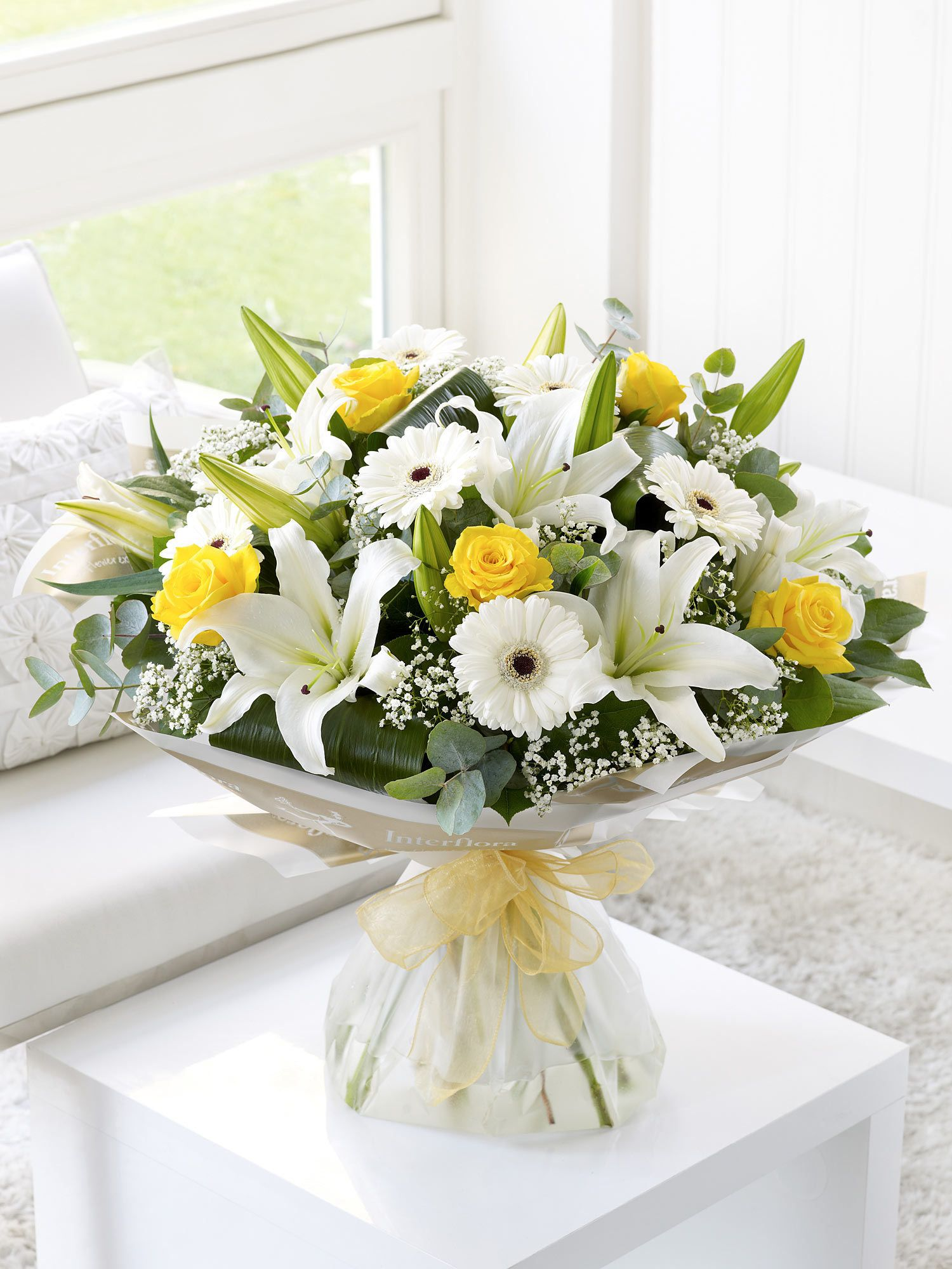 We love the way these sunshine yellow roses really light