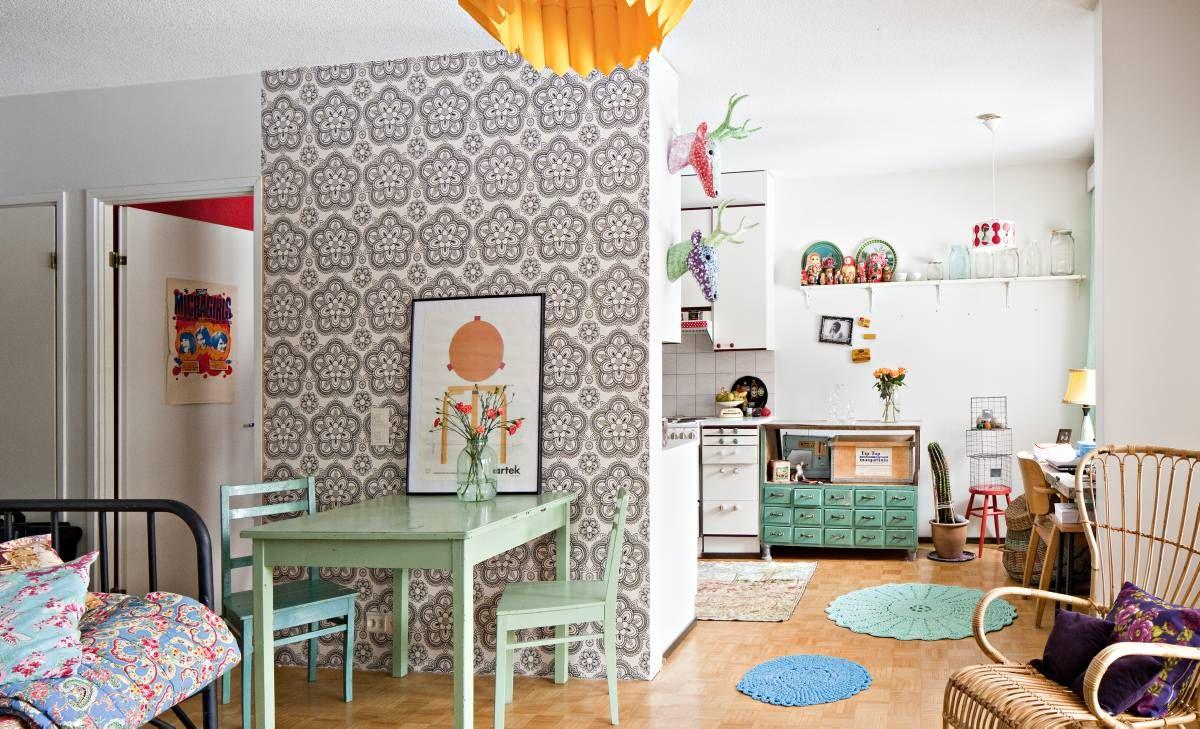 Keittiö ja työpiste avautuvat olohuoneeseen. Pyöreät matot ovat Miian äidin virkkaamia ja keittiön yläkaappeihin kiinnitetyt poronpäät ovat siskon sisustusliikkeestä. Yksi seinistä on tapetoitu Tapettitalon Lumikiteellä.