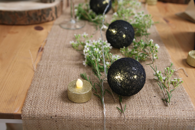 chemin de table jute, guirlande lumineuse noire boules coton, waz