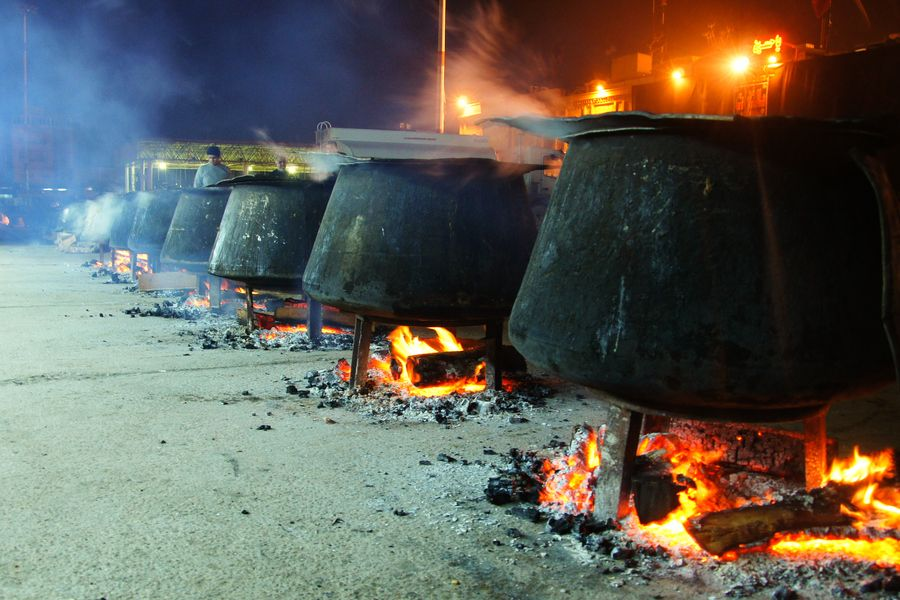 Maula Ali Shrine Wallpaper: Traditional Food That People Make In Ahsoura Month Behind