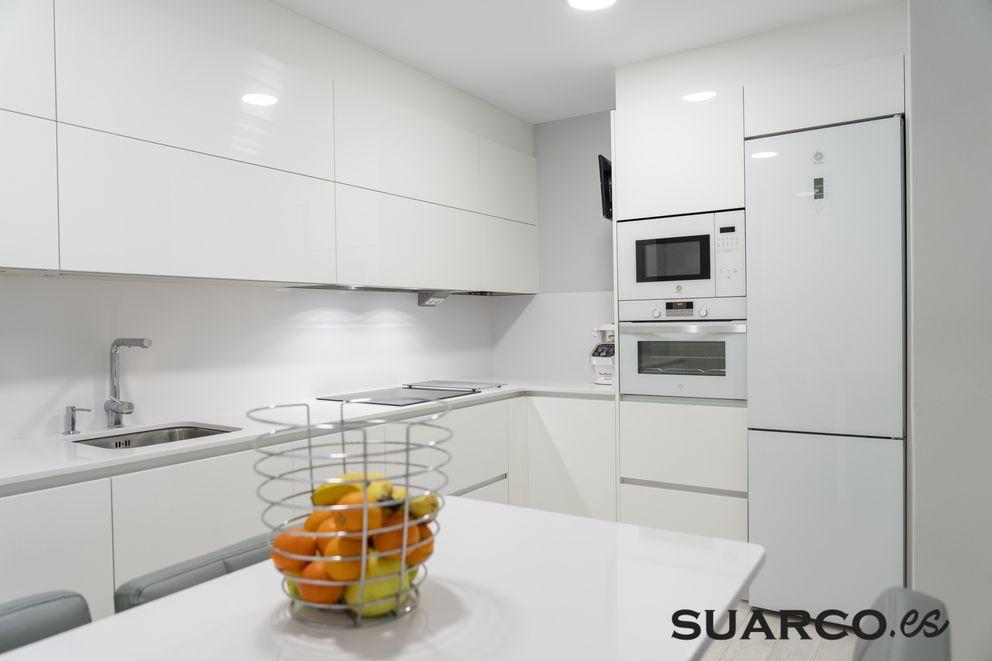 Cocina Blanca En Forma De L Cocinas Blancas Modernas Muebles De Cocina Modernos Cocinas De Casa