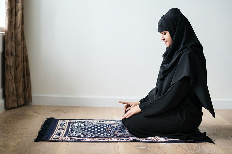 Muslim Girl Praying, Praying Mate, Clean Place, Modest Clothes, Hijab, Abaya
