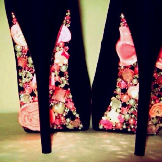 les 25 meilleures id es de la cat gorie chaussures perl es sur pinterest chaussures de soir e. Black Bedroom Furniture Sets. Home Design Ideas