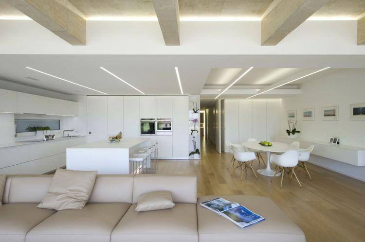 Interieur Maison Modern : Éclairage indirect et intérieur blanc minimaliste dans une maison