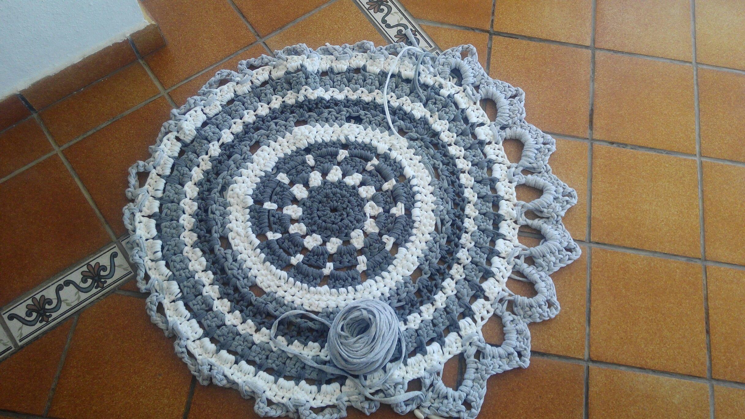 Alfombra trapillo redonda con puntas. Mi primera alfombra