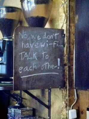"""En esta cafetería el rótulo dice: """"No, no tenemos wifi, hablen entre ustedes"""" ;)"""