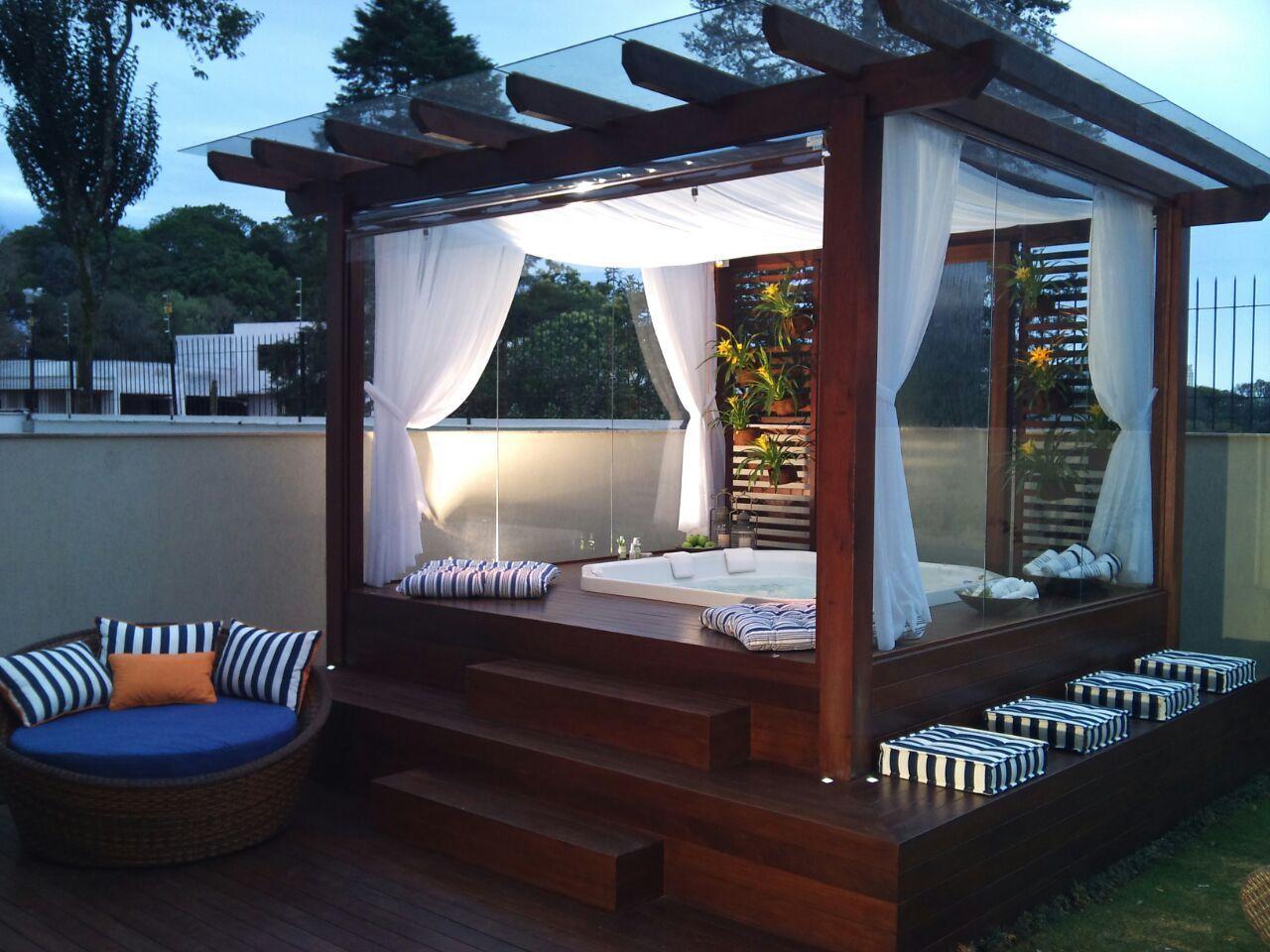 12 varandas modernas com piscinas e pergolados jacuzzi for Casa moderna con jacuzzi