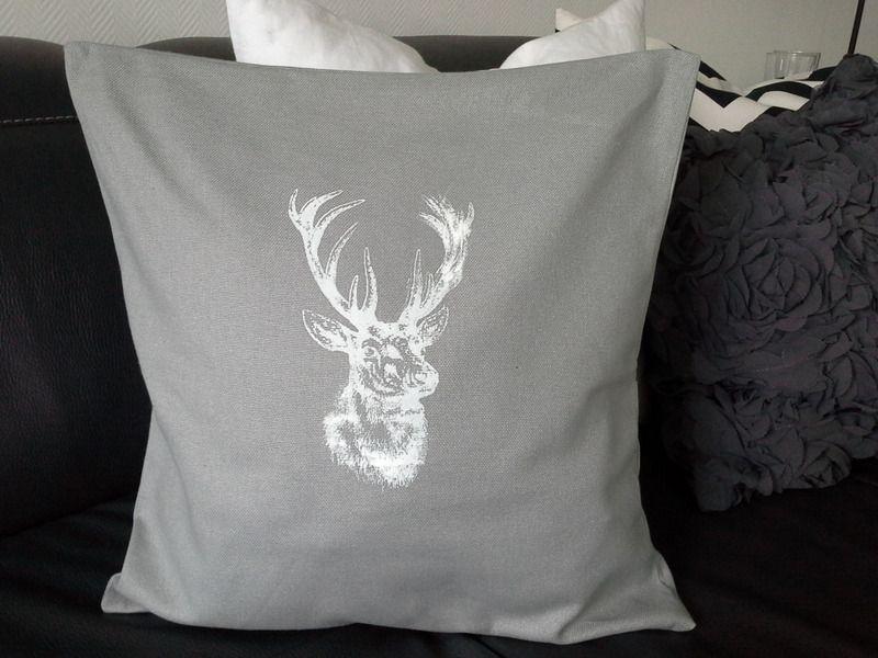 kissen hirsch grau 40x40 cm von rosa rot auf geschenkideen pinterest. Black Bedroom Furniture Sets. Home Design Ideas