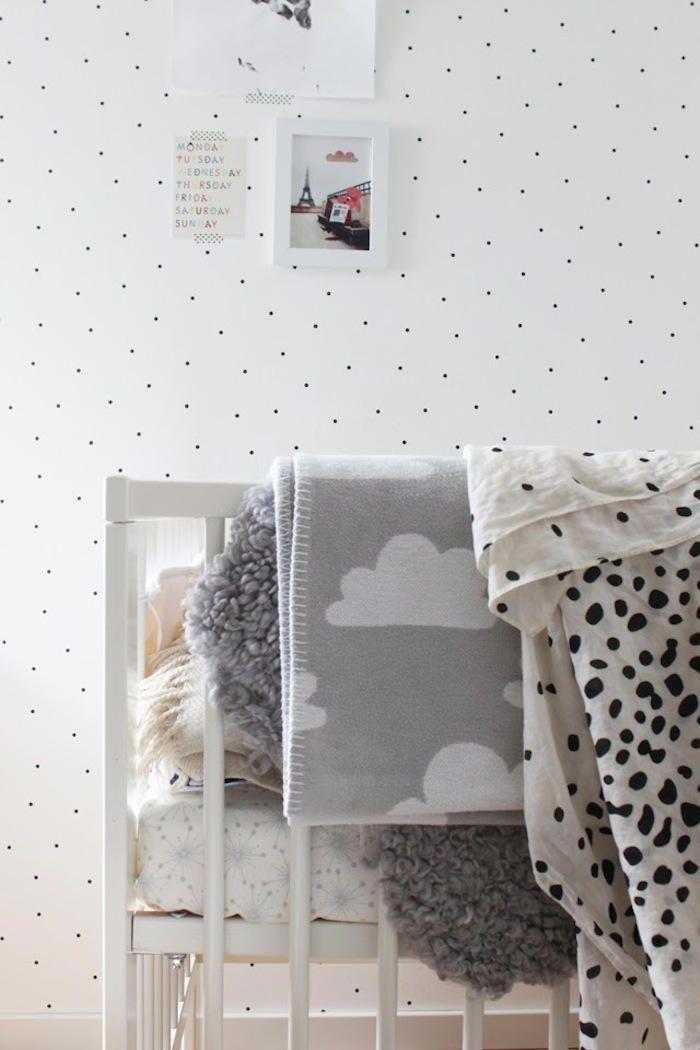 pared con papel pintado con lunares nos encanta el dormitorio de mackpar - Papel Pintado Lunares