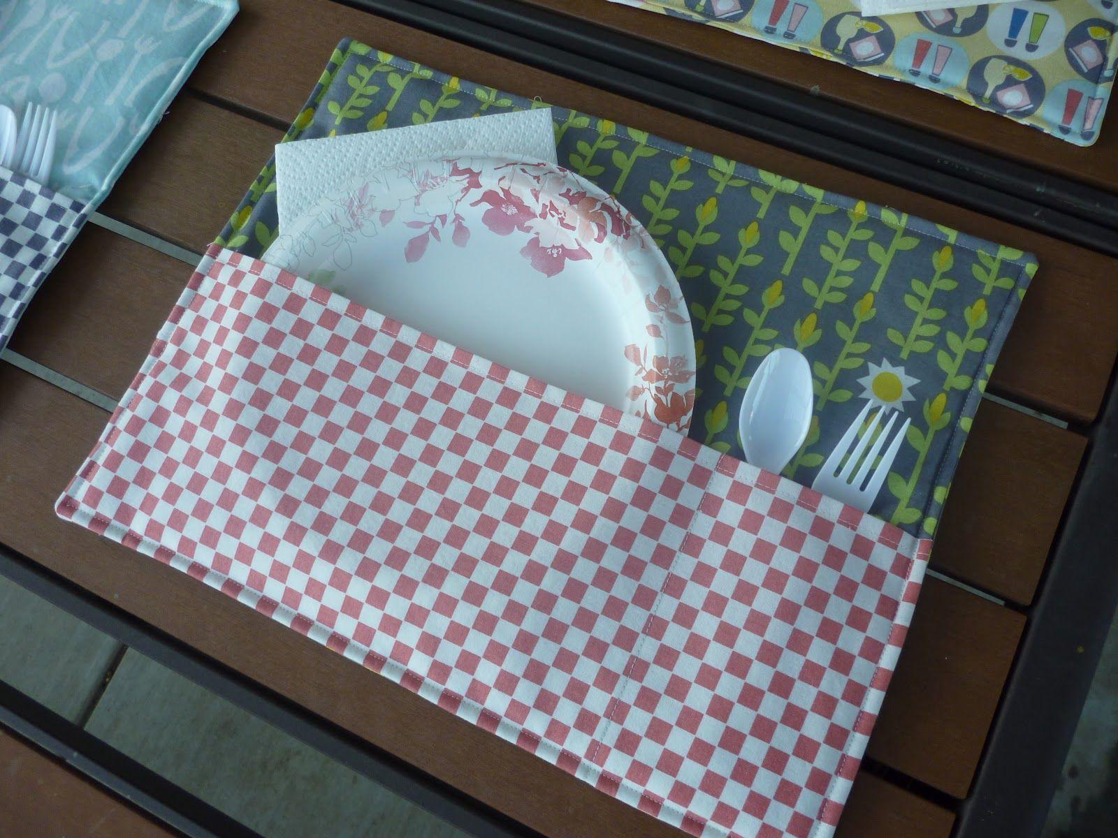 Si tienes retales por casa, puedes hacer esta especie de  bolsita mantel y tener preparados varios con los platos y cubiertos dentro. De e...
