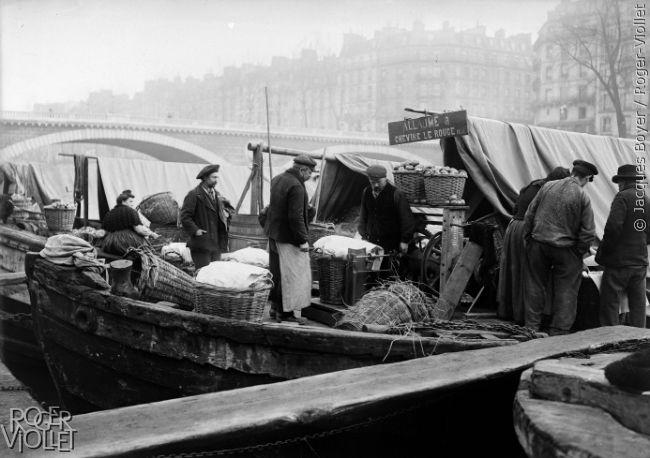 """Marché du """"Mail"""" (pommes), pesée d'un panier. Paris, 1907."""