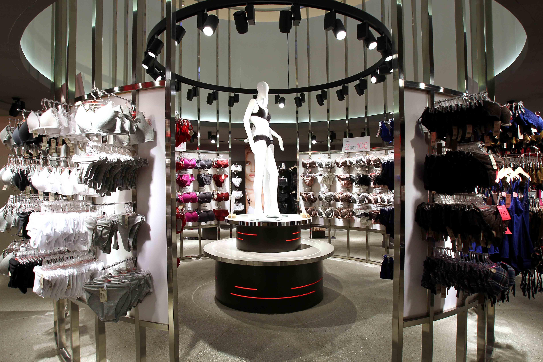 Etam mobilier et agencement central m tal mannequins groupe lindera inspirations retail - Etam pret a porter marseille ...
