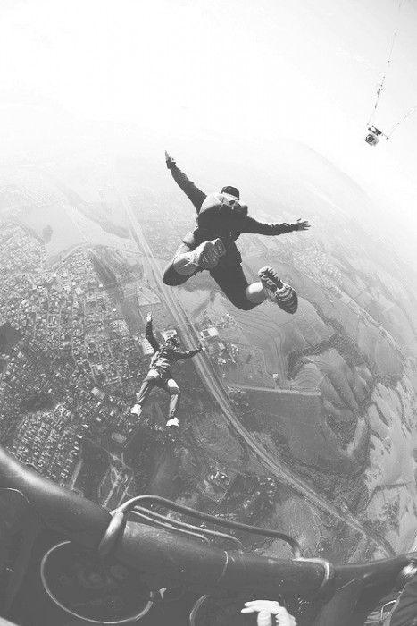 HAZ ALGÚN DEPORTE EXTREMO  Salta en paracaídas, lánzate de un bungee o en parapente. Haz cualquier cosa que incluya alturas y adrenalina.