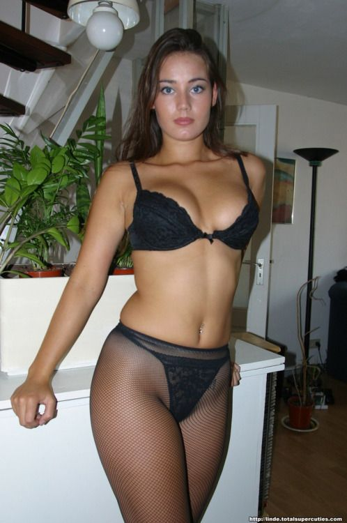 phpaul: Sophisticated amateur brunette in pantyhose!