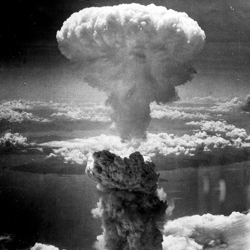 El jueves 9 de agosto de 1945, la bomba atómica Fat Man es arrojada sobre la ciudad de Nagasaki matando a 75.000 habitantes a la vez. El objetivo inicial de la bomba fue la ciudad de Kokura pero el bombardeo fue anulado a causa del mal tiempo. #fatman #nagasaki #bombaatomica http://www.pandabuzz.com/es/un-dia-como-hoy/nagasaki-bomba-atómica-fat-man