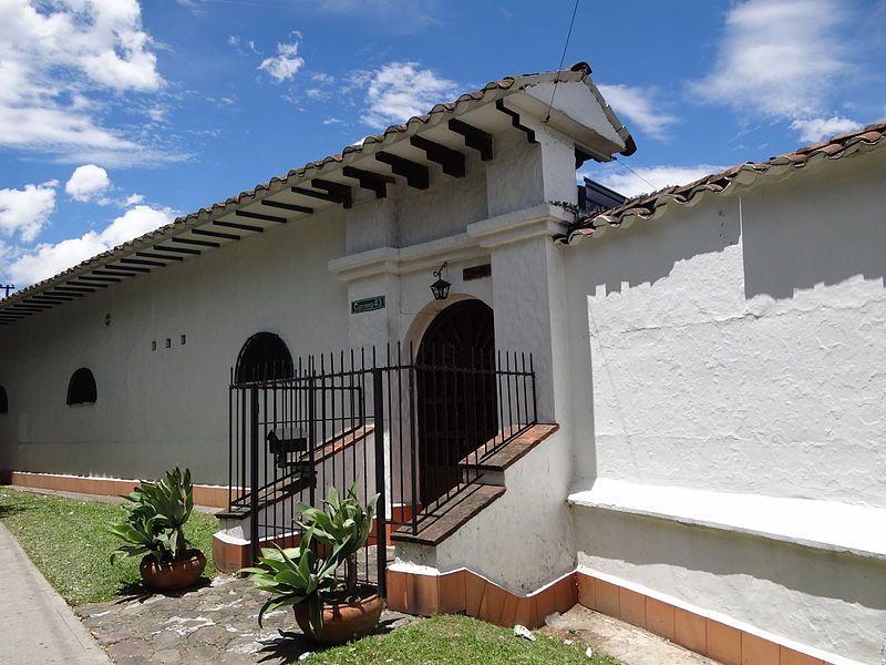 Entrada principal peatonal de la Casa Museo Débora Arango Pérez. Envigado. Colombia