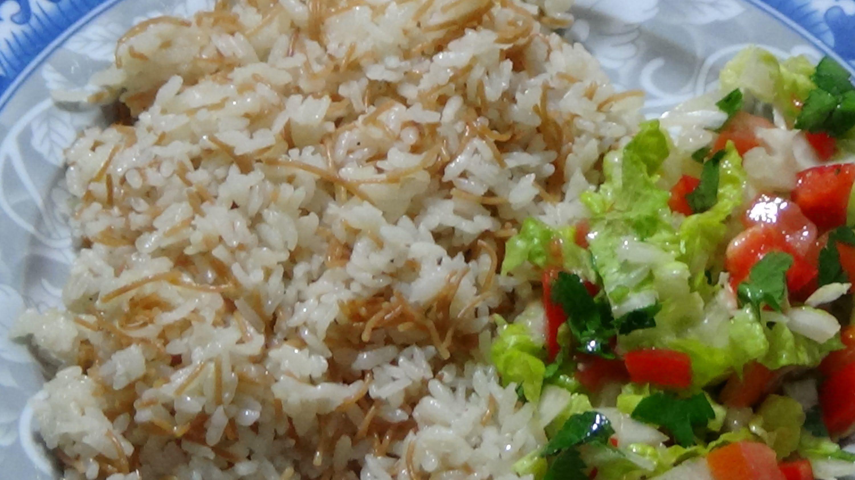 طريقة عمل رز بالشعريه How To Make Rice With Angel Hair Pasta Middle Eastern Dishes Middle Eastern Recipes Rice