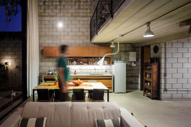 <B>KOSELIG TROSS ALT:</B> En skal være i ganske dårlig humør for å hevde at dette betongkjøkkenet ikke har sin sjarm. Foto: Terra E Tuma / Pedro Kok