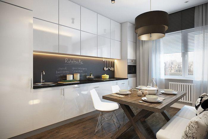 Tafelfolie über den Waschbecken, eine weiße Küche mit Esszimmer ...