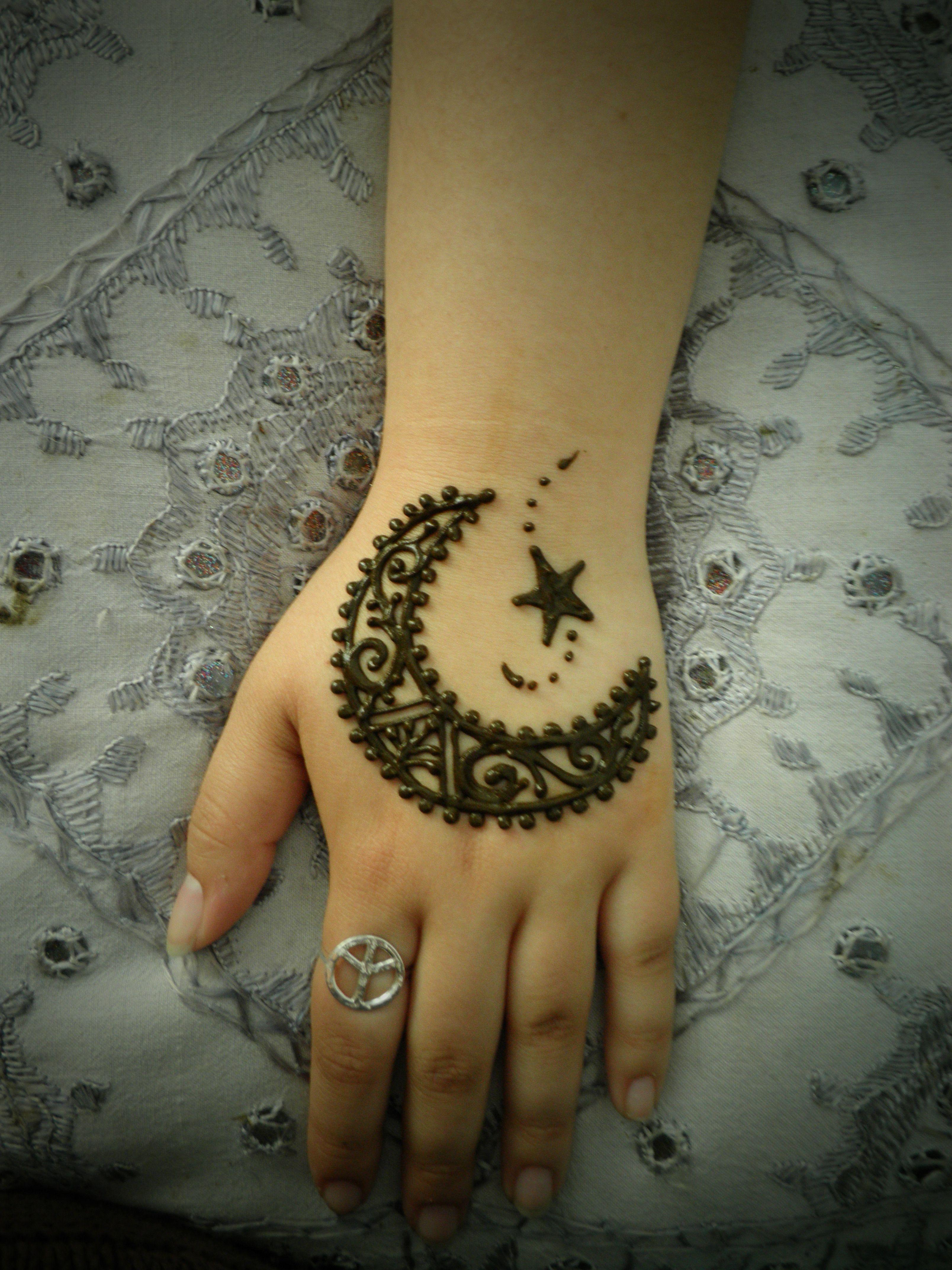 Moon Mehndi Liberty : Indian henna designs unfold deeper meanings