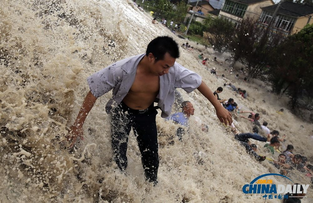 qiantang-river-tidal-bore-washes-away-hundreds-of-spectators-14.jpg (1000×651)