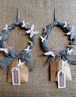 Μπομπονιέρα γάμου στεφάνι γκρί γάζας με διακοσμητικές πεταλούδες