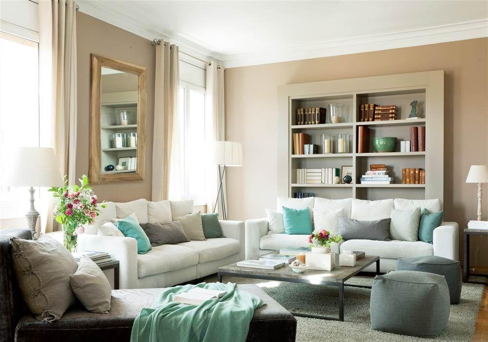 Sal n con sof blanco y cojines y plaids azules verdes y - Decoracion sofa blanco ...