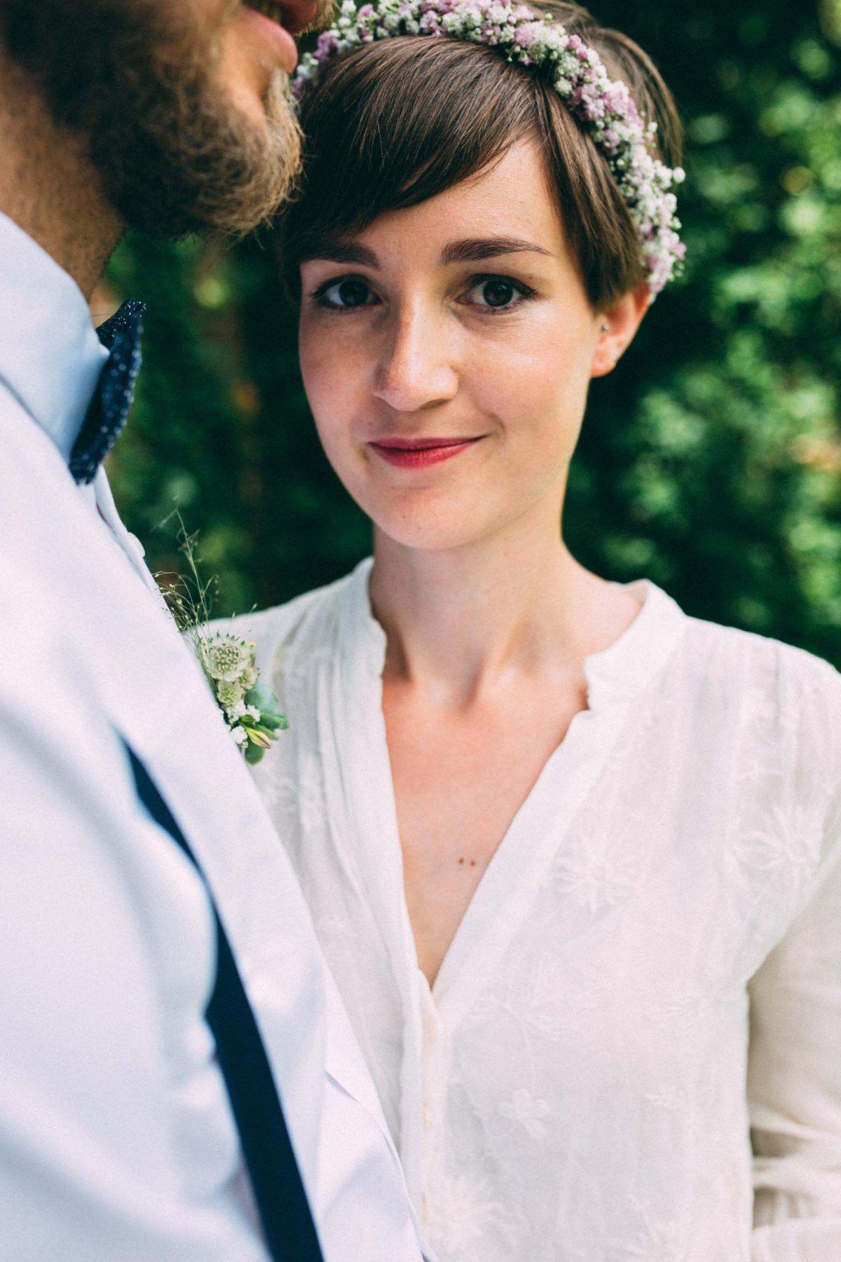 Braut Mit Blumenkranz Brautfrisur Haarkranz Hochzeit Vintage Hochzeit Frisuren