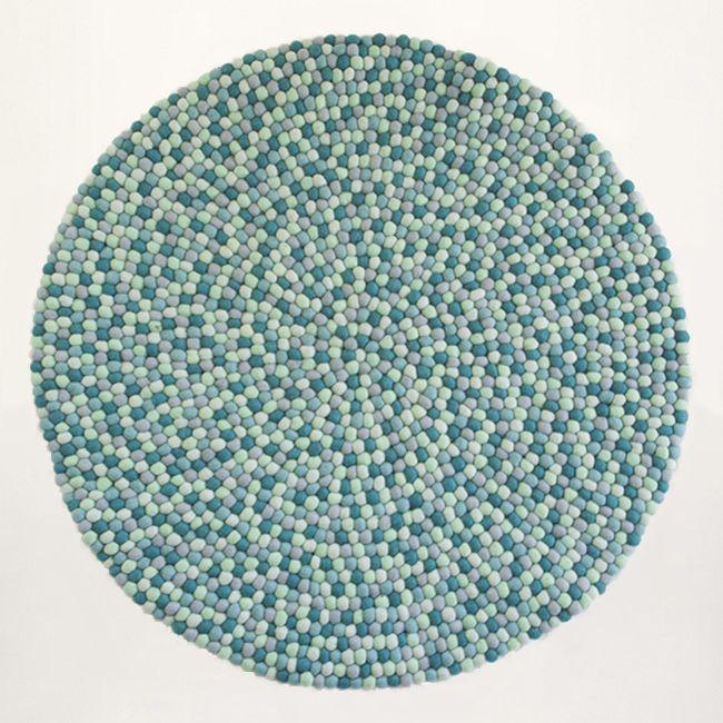 Der schöne blaue Teppich mit grauen Nuancen passt ohne Zweifel in Ihr Zuhause! Wie alle unsere Filzkugelteppiche ist auch das Model King handgefertigt und aus 100% neuseeländischer Merinowolle.  Kostenlose Lieferung  |  3 Jahre Garantie  |  Lieferzeit 2 - 4 Tage