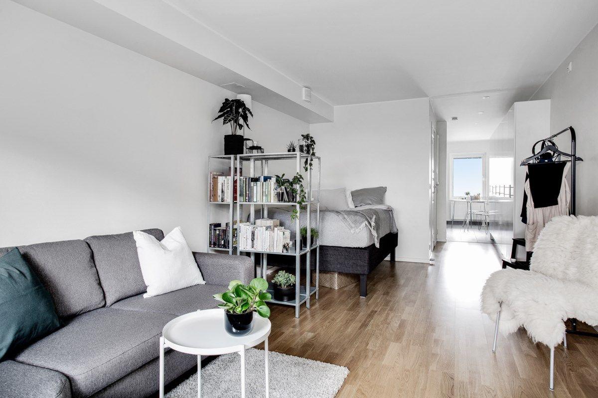 Wohn Schlafzimmer Trennen Mit Buchregalen Den Wohnraum Aufteilen Einrichtungsideen Fur Einzimmerwohnung Auf 20 Qm Wohnen Wohnung Zimmer